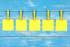 Klädnypor på ett rep med fem kort Arkivfoton