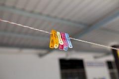 Klädnypor på rep Arkivfoton