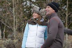 klädpar som ler utomhus vinter royaltyfri foto