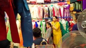 Klädsäljare i den lilla indiska marknaden Singapore stock video