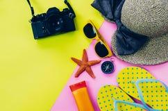 Klädtillbehör för sommar på flerfärgat pappers- golv Royaltyfri Bild