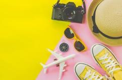 Klädtillbehör för sommar på flerfärgat pappers- golv Royaltyfri Fotografi