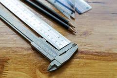 Klämma, linjal och blyertspenna royaltyfria foton