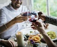 Klängande vinexponeringsglas för folk tillsammans i restaurang royaltyfri foto