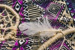 Klänning dreamcatcher som ligger på torrt land Santa Claus med påsen av gåvorna Fotografering för Bildbyråer