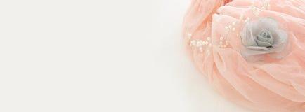 Klänning för chiffong för tappningtyll rosa på den trävita tabellen Bröllop och girl& x27; s-partibegrepp arkivfoton