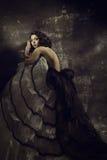 Klänning för kvinnaskönhetmode, flicka i den draperade kappan ov arkivfoto