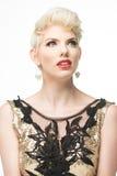 Klänning för mode för kvinnaskönhet lång, elegant flicka i guld- kappa Arkivbild