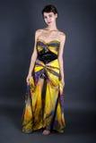 Klänning för modellWearing Tie Dye guling royaltyfri foto