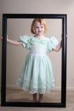 klänning inramning flickagreen little som är olycklig arkivfoton