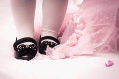 Klänning och skor för lite flicka Arkivbild