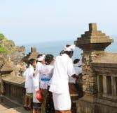 Klänningar för hinduiskt folk för balinesen ber iklädda traditionella för Arkivbilder