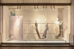 Klänningen för modeboutiqueskyltfönstret shoppar fönstret royaltyfri bild