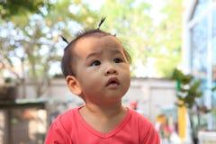 Klänningen upp hår av asiatet behandla som ett barn Royaltyfri Bild