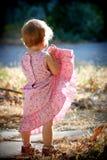 klänningflicka henne unge som lyfter upp Royaltyfri Foto
