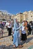 klänningklosterbrodern ler kvinnabarn Arkivbilder