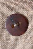 Klänningknapp på den återanvända hessianssäcken Arkivbild