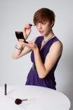 klänningmakeuppurple som sätter kvinnabarn Arkivbilder