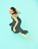 klänningsimningkvinna royaltyfri foto