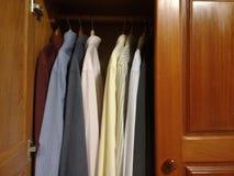 Klänningskjortor i garderoben royaltyfri foto