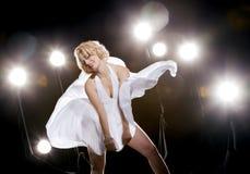 klänningwhitekvinnor Royaltyfria Bilder