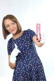 Klär bärande prickar för stilfull kvinna och känna sig bra och dansa i studion Royaltyfri Fotografi