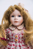 Klär den handgjorda dockan för keramiskt porslin med långt blont hår och plädet arkivbilder