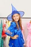 klär flickan som little shoppar royaltyfria foton