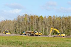 Klärung eines Waldes mit Planierraupen und Arbeits-LKWs stockfoto
