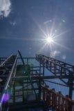 Klärwerk wird von der Stahlkonstruktion hergestellt Und Sonnenlicht auf blauem Himmel Lizenzfreie Stockfotografie