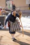 Klätt som häxan som landsförvisar bort onda andar royaltyfri fotografi