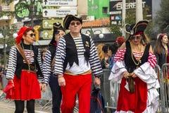 Klätt som piratkopierar ståtar karnevalet deltagare i Xanthi, nordöstra Grekland arkivbilder