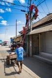 Klättra arbete på den elektriska stolpen Royaltyfri Foto