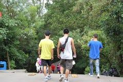 Klättra berget av den asiatiska ungdomen Arkivbild