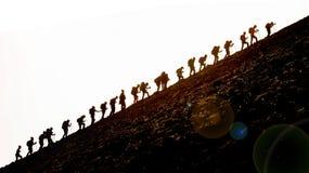 Klättra i berg gruppklättringlutningen Royaltyfri Bild
