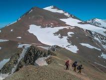Klättra i berg i Anderna arkivfoto