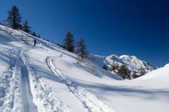 Klättra i berg i ny snö Arkivfoto
