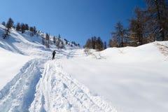 Klättra i berg i ny snö Royaltyfria Bilder