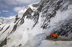 Klättra i berg läger på Khan maximala Tengri, Tian Shan Royaltyfri Foto