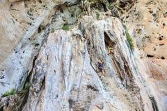 Klättra i berg på railay Royaltyfria Bilder