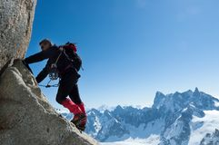 Klättra i Chamonix Klättrare på stenväggen av Aiguille du M arkivfoton