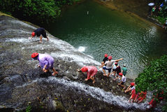 klättra modiga vattenfall Royaltyfri Fotografi