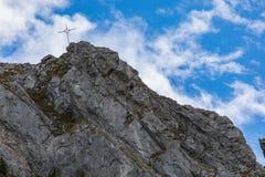 Klättra på monteringen Brunni på Engelberg i de schweiziska fjällängarna arkivbild