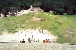 Klättra pyramiden på Chitchen Itza, Yucatan, Mexico Royaltyfria Bilder