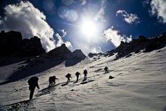 Klättra snöbergen Arkivbild