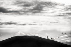 Klättra som är stigande till överkanten av berget Arkivbild