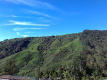 Klättra till berget för blå himmel royaltyfria bilder
