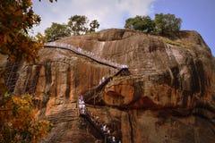 Klättra till toppmötet av Sigiriya, ett 8th århundradebergstoppkungarike och UNESCOvärldsarv Royaltyfria Bilder