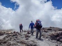 Klättrare att närma sig toppmötet av Mt kilimanjaro royaltyfria foton