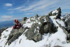 Klättrare har att vila på alpinistrutten Arkivbilder